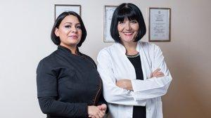 Slika fizijatra i reumatologa specijaliste, dr Vere Uzelac i  Anita Palić, u ordinaciji u Beogradu, diplome fizijatra i reumatologa.
